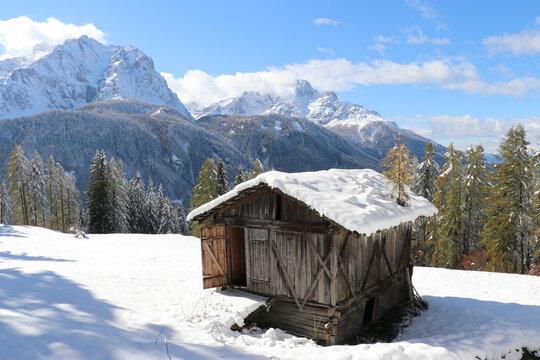 Almhütte im Schnee, Sextner Dolomiten