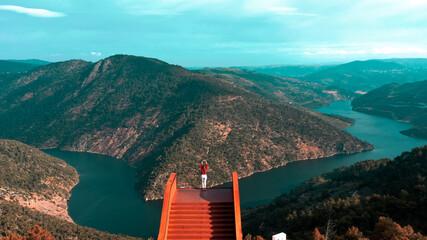 Miradouro do Ujo e a sua bela vista para o rio e as montanhas cobertas de árvore, Portugal.