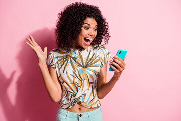 Photo sur Plexiglas Dinosaurs Photo portrait of shocked screaming girl unexpectedly winning holding phone in hand isolated on pastel pink colored background