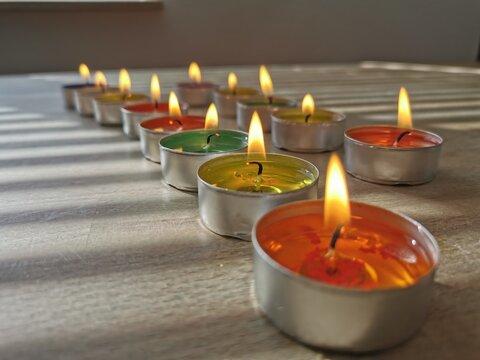 Brennende Kerzen in einer Reihe