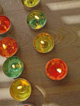 Kerzen auf einem Holztisch