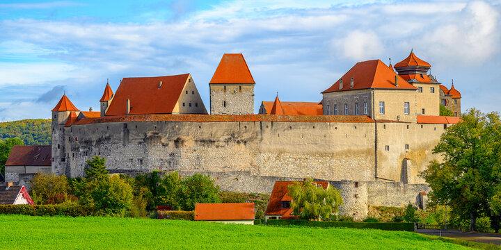 Blick auf die Burg Harburg mit mächtiger Festungsmauer am Rande des Nördlinger Ries.