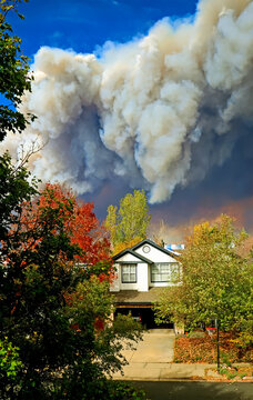 Cloud of smoke from a Colorado wildfire billows over a residential neighborhood in Boulder.