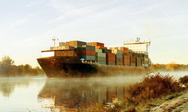 Nord-Ostsee-Kanal in Schleswig-Holstein,  Sonnenaufgang mit Containerschiff im Nebel