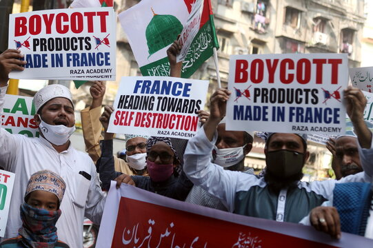 People hold placards and shout slogans during a protest against the publications of a cartoon of Prophet Mohammad in France and Macron's comments, in Mumbai