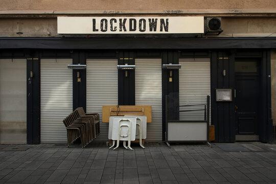 lockdown schild an geschlossener kneipe