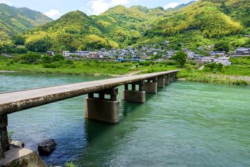 高知県仁淀川にかかる沈下橋(片岡沈下橋)