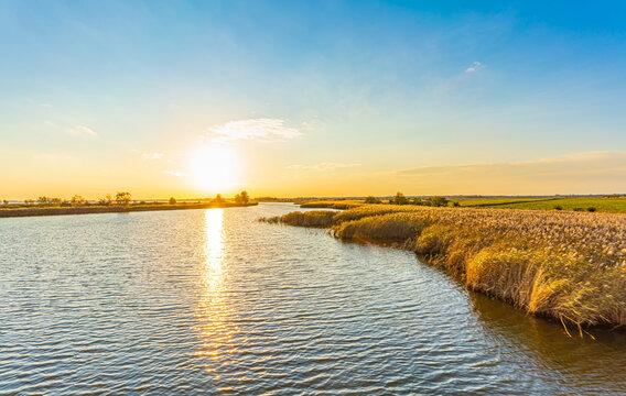 Blick auf das Naturparadies Prerowstrom / Bodstedter Bodden zum Sonnenuntergang