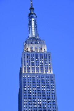 Das atemberaubende Gebäude wurde 1986 in die Liste der National Historic Landmark aufgenommen. Das berühmte Empire State Building Manhattan wurde in der blauen Stunde am 3. Dezember 2019 in New York.