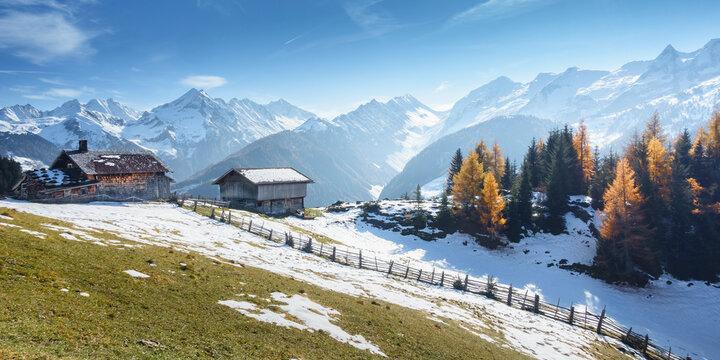 Panorama einer Berglandschaft mit Almhütte in Österreich