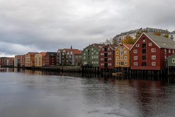 Fototapeta Drewniane domki na palach, Trondheim, Norwegia