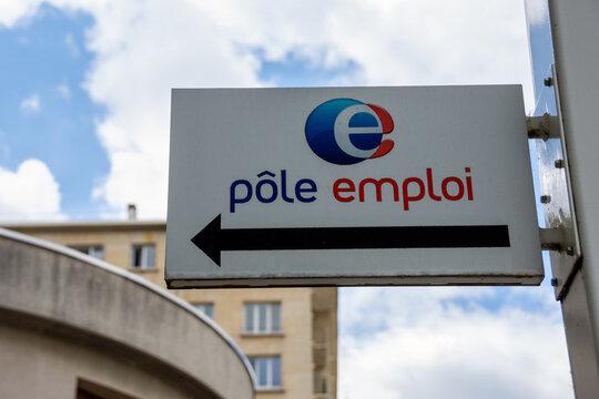 """BOULOGNE-BILLANCOURT, FRANCE - 24 juillet 2020: Panneau indiquant """"Pôle emploi"""" avec une flèche directionnelle. Concept de licenciements et de plans sociaux en France"""