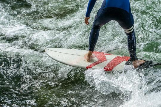 München Szene: Isarsurfer - Surfer am Eisbach im Englischen Garten in abendlichen Licht, Nahaufnahme