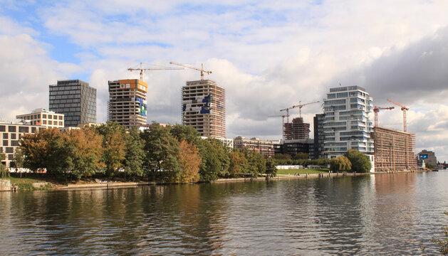 Boomtown Berlin 2020; Eine neue Skyline wächst über der Eastside Gallery an der Spree