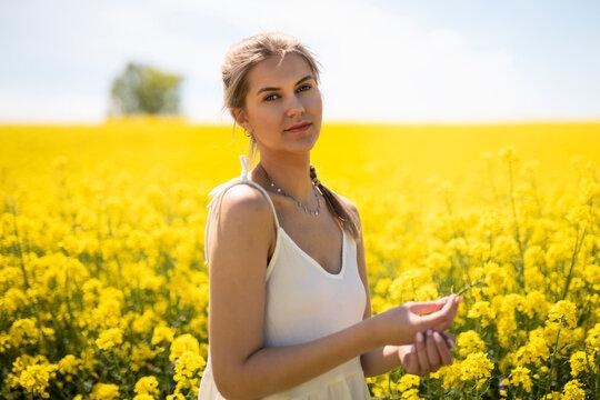 piękna kobieta na polu rzepaku cudowna słoneczna pogoda