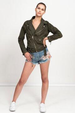 sesja fashion w studiu piękna modelka zgrabna szczupła blondynka