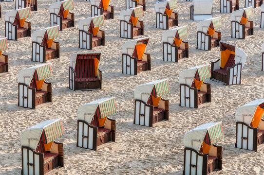 Strandkörbe fein in Reihe aufgestellt am Strand von Sellin auf der Insel Rügen.