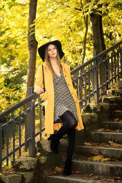 sesja fashion w parku piękna kobieta biała blond włosy piękna stylizacja