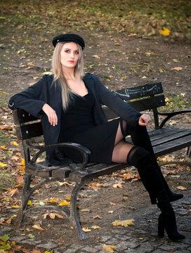 sesja w parku piękna modelka brunetka jesień seksowna kobieta dziewczyna