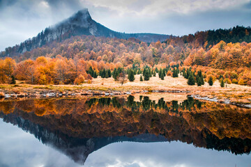 beautiful panorama of mountain reflecting in lake autumn landscape