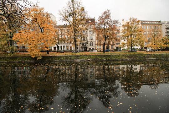 Herbst in Berlin; Blick über den Landwehrkanal zum Schöneberger Ufer