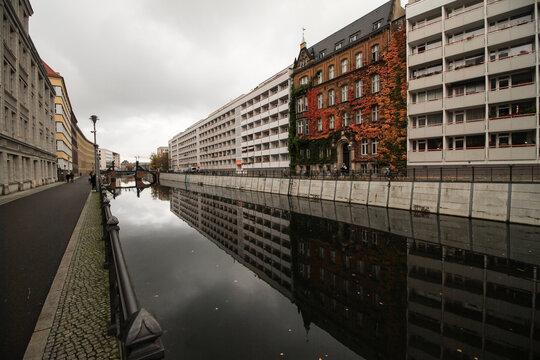 Herbst in Alt-Berlin; Partie am Kupfergraben