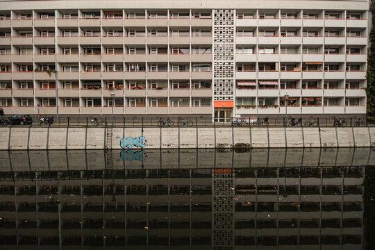 Nachkriegsfassade an der Friedrichsgracht; Wohnblock im Herzen von Alt-Berlin