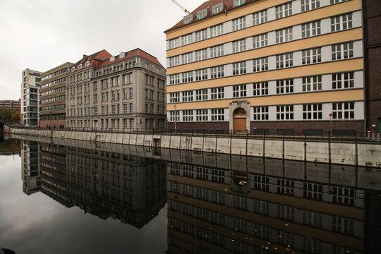 Berliner Blickwinkel; Häuserzeile am Kupfergraben über und im Wasser