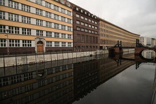 Berlin; Fassaden am Kupfergraben mit Jungfernbrücke