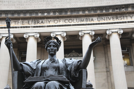 Die Bronzestaue Alma Mater vor der Bibliothek der Columbia Universität im Stadtteil  Morningside Hights. Manhattan, 1. Dezember 2019