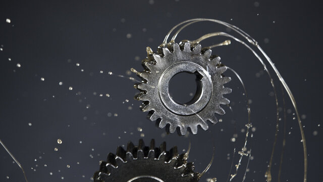 Tooth gear wheels with oil splash