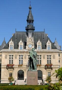 Hôtel de Ville de Vincennes, et statue du général Daumesnil dans les jardins, département du Val de Marne, France