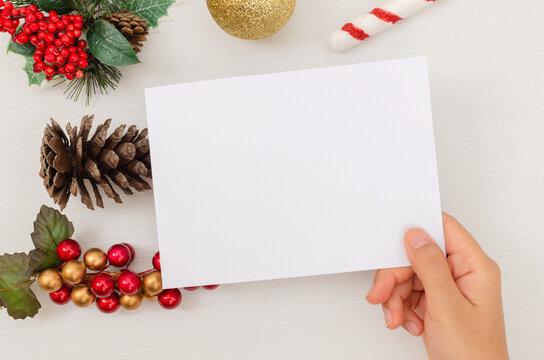 Maqueta de postal de regalo o felicitación por navidad o momento conmemorativo. Colores navideños, postal 5x7 pulgadas, editable.