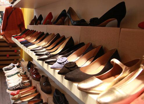 Alignement de chaussures dans un magasin