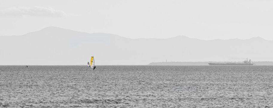 Planche à voile jaune sur fond noir et blanc