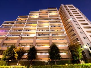 Fototapete - 住宅街の大型マンション