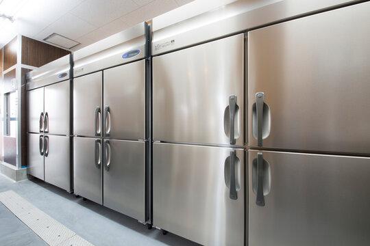新設のレストラン厨房内の冷蔵庫