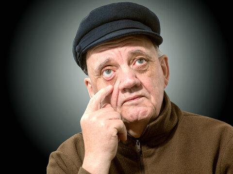 portrait vieil homme le doigt dans l'oeil