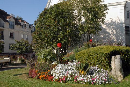 Ville de Villiers-sur-Marne, espace fleuri en centre ville, massif de fleurs et pierre décorative, département du Val-de-Marne, France