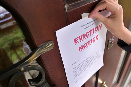 Civil servant sticks a notice of eviction of the tenant