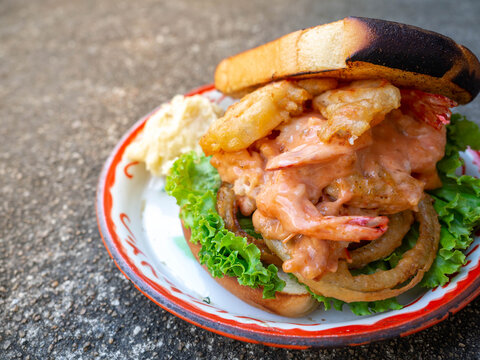 Fried Shrimp Sandwiches After using fried shrimp and bread. It is a very energetic and convenient food when you are in a rush.
