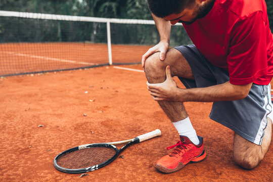 tennis player have a knee injury