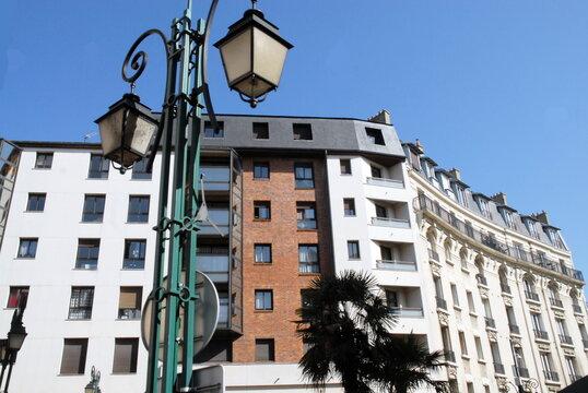 Ville de Nogent-sur-Marne, immeuble d'habitation en centre ville et réverbères, département du Val de Marne, France