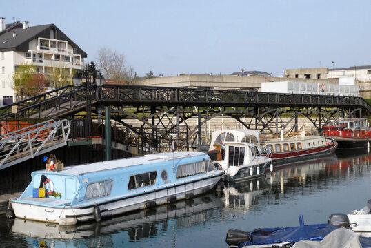 Ville de Nogent-sur-Marne, le port de plaisance (capacité de 170 anneaux) ses péniches et la Passerelle des Arts (1804), département du Val de Marne, France