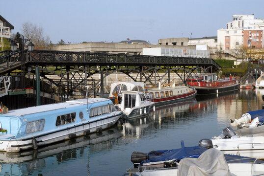 Ville de Nogent-sur-Marne, le port de plaisance (capacité de 170 anneaux) et la Passerelle des Arts (1804), département du Val de Marne, France