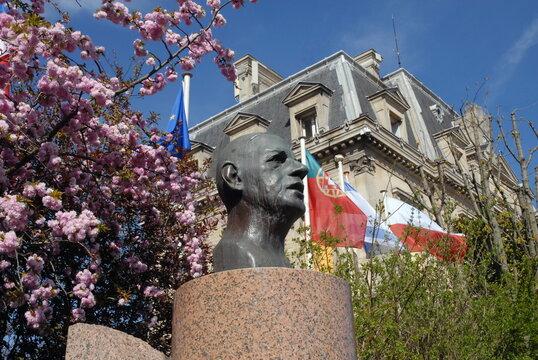 Ville de Nogent-sur-Marne, buste du Général de Gaulle, arbres roses en fond, département du Val de Marne, France