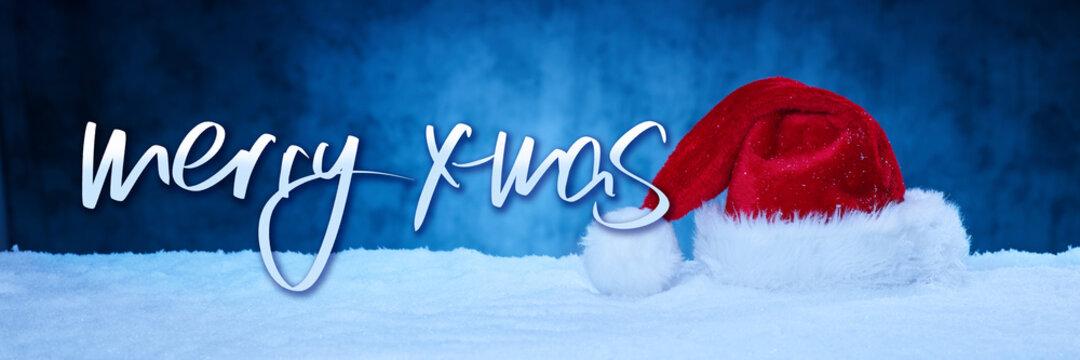 Nikolausmütze mit Text vor dunklem Hintergrund im Schnee