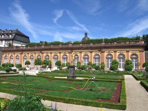 Weilburg ist eine Residenzstadt mit Schloss an der Lahn in Hessen: Hier das Schloss Weilburg - Orangerie im Schlossgarten