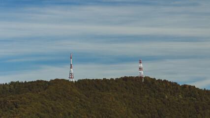 Wieże transmisyjne na szczycie góry w Bieszczadach