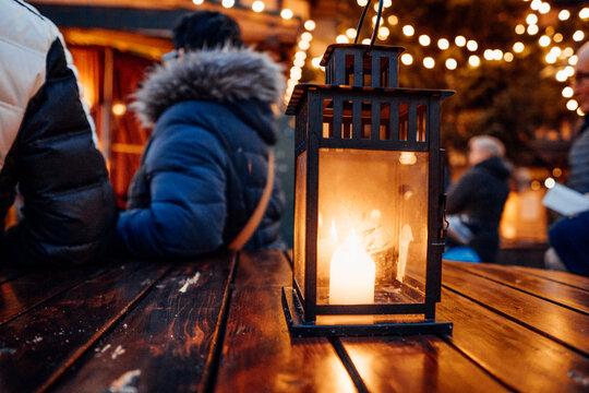 Laterne mit Kerze auf einem gemütlichen Weihnachtsmarkt